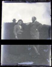 PLAQUE VERRE PHOTO NEGATIF circa.1915 UN COUPLE ET VOISIN CURIEUX    (B17)
