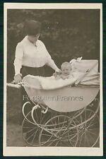Foto Frau mit alte Kinderwagen