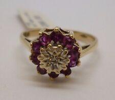 9 KT oro giallo rubino taglio rotondo e anello di diamanti fiore con dettagli in oro bianco