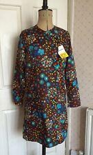 VINTAGE Francese Floreale Rumoroso Nylon faccende domestiche nel complesso vestito grembiule NUOVO VECCHIO STOCK 10