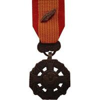 U.S. MINIATURE MEDAL: VIETNAM GALLANTRY CROSS ARMED FORCES WITH PALM ATTACHMENT