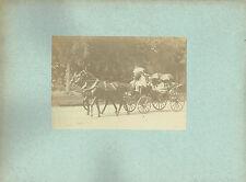 Photographie :A.Giraudon , Voiture avec des passagers se protégeant du soleil