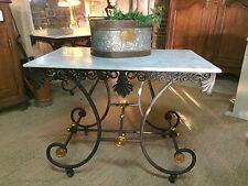 """Table à roulettes en fer forgé à  dessus de marbre """"table de boucher"""""""