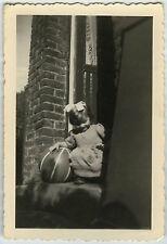 PHOTO ANCIENNE - ENFANT FILLE JEU BALLON - CHILD GIRL TOY - Vintage Snapshot