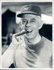 1982 Press Photo Actor Harry Morgan Smoking Cigar MASH 1980s TV