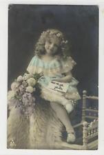 AK Blondes Mädchen mit Blumenstrauss, 1908 Foto-AK
