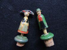Deux bouchons anciens Couple d'Alsaciens art populaire Alsacienne vin collection