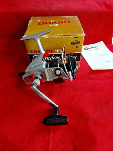 A SUPERB BOXED UNFISHED DAIWA POPULAR SERIES 1050 RETRO SPINNING REEL