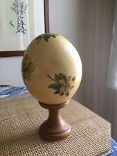 Uovo di struzzo decorato a mano con supporto in legno