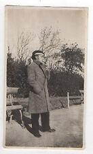 PHOTO ANCIENNE Snapshot Homme Pipe Manteau Jardin Béret Chapeau Vintage