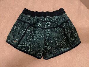 Lululemon Shorts Size 8 (Medium) Color Green/Black Lined, Zip Pocket