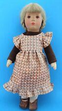 Käthe Kruse Puppe Mädchen Kaethe 38 cm Braune Augen Blondes Haar im Kleid doll