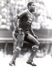 ORIGINALE stampa foto Liverpool FC John Barnes 1987 in piedi gambe divaricate