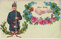 uralte AK, Soldat und Blumenkranz mit verschränkten Händen mit Schrift Aus Liebe