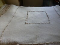 art déco dessus de lit filet rebrodé ,dentelles et pompons ou futur rideau