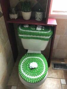 Liners for bathrooms, made of gren crochet.