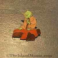 Very Rare Vintage Lucas Films Disney Star Wars Yoda rock 1993 Pin (UJ:7314)