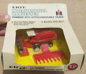 Ertl International Harvester Combine with Corn and Grain Heads 1:80 #408 New