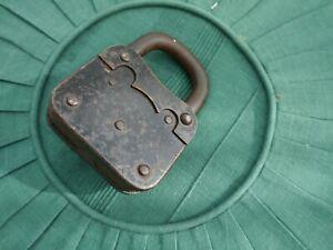 Altes Vorhängeschloss mit einem  Schlüssel  groß und schwer