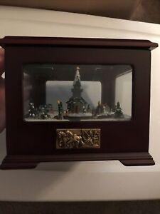 "2004 Mr Christmas Music And Motion Music Box ""SILENT NIGHT"""
