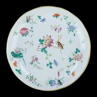 A CHINESE FAMILLE ROSE PORCELAIN PLATE WITH TONGZHI MARK
