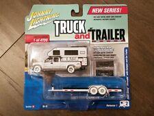 Johnny Lightning 1:64 2002 Chevrolet Truck Camper & Flatbed Trailer Chase Car WH