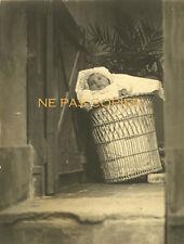 BEBE dans le panier à linge vers 1910 Carte Photo