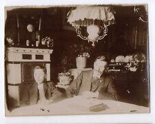 PHOTO ANCIENNE  Père Enfant Fils table Bizarre Étrange Regard Surréaliste 1900