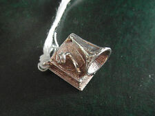 39A SOLID SILVER OLD FASHIONED GRAMAPHONE CHARM WITH BEAUTIFUL DETAIL