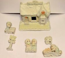 Enesco Precious Moments Sugar Town Lighted Train Station & 5 Piece Figurines