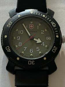 VICTORINOX SWISS ARMY Vintage Men's Watch With Rubber Band & New Battery