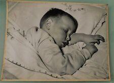 PHOTO D'ART DE 50's . BEBE QUI DORT DE G.TEISENTZ .29x38 cm. SNAPSHOT VINTAGE