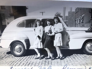 Sexy ladies vintage photograph - all lined up -1940s CAR  / lesbian interest