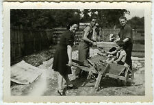 PHOTO ANCIENNE - GROUPE TRAVAIL BROUETTE ENFANT - WORKING FUNNY-Vintage Snapshot