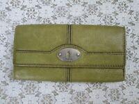FOSSIL KEY PER WALLET, Olive Green Pebble Leather Tri Fold, Silvertone Logo, EUC