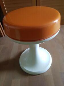 Sitzhocker der 70er Jahre,  orangefarben und beige