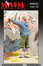MAIM GRAFFITI PAINTER #1 (BOY SPRAYING) SCALA 1:35 COD.ART.35251