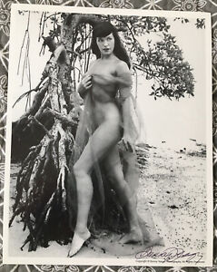 BETTIE PAGE  BUNNY YEAGER AUTHENTIC 8 X 10  PHOTO SIGNED  BUNNY YEAGER ESTATE B