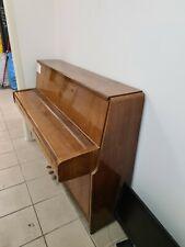 Klavier mit drei Pedalen von Yamaha Braun