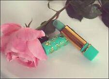 """Rouge à lèvres vert """"magique"""" 24 h pour un rose délicat et protecteur naturel."""