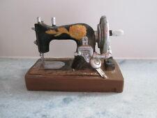 Tolles Modell einer alten Nähmaschine Polyresin 14,5 x 10,5 cm super originell