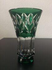 Vase en cristal double couche coloré vert taillé signé Val Saint Lambert