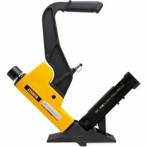 """DEWALT 2-In-1 Flooring Tool (15.5 Gauge Staples Or 16 Gauge """"L"""" Cleat Nails)"""