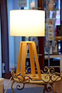 schöne Holz - Tischleuchte mit Holzfüßen weißem Schirm Nachttischlampe Lampe