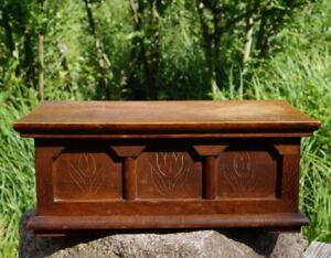 große alte Holzdose Deckeldose Truhe Schnitzereien Handarbeit edel & wertvoll