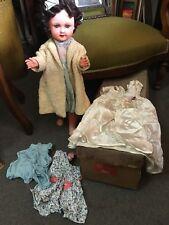Poupée ancienne Bébés Capi marcheuse 58 cm + boite 4 robes et un manteau