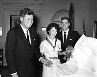 FB-974 PRESIDENT JOHN F KENNEDY w// FIRST LADY JACQUELINE IN 1963-8X10 PHOTO