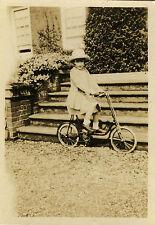 PHOTO ANCIENNE - VINTAGE SNAPSHOT - ENFANT VÉLO BICYCLETTE MODE CHAPEAU - BIKE
