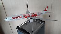 "SWISS International Air Lines   BOEING 777-300   ""FACES""   Maßstab 1:100   NEU!"