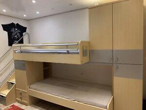Etagenbett mit Schrank und Treppe